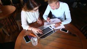 年轻企业队同意,解决问题,按键盘膝上型计算机 股票视频