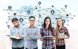 年轻企业队和世界地图,网络 免版税库存照片