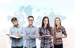 年轻企业队和世界地图 免版税库存照片