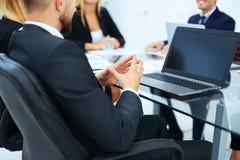 企业队在与开放膝上型计算机一起使用举行研讨会 免版税库存图片