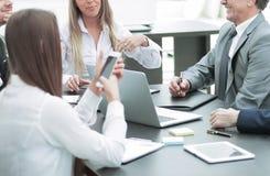 企业队在办公室举行一次会议 图库摄影