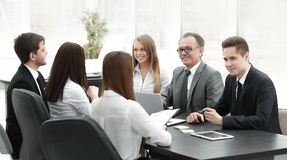 企业队在办公室举行一次会议 免版税库存照片