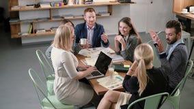 企业队在桌上 遇见参加创造性的能承受的想法的不同的人民在现代起始的办公室 股票视频