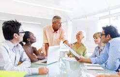 企业队在证券交易经纪人行情室 免版税库存照片