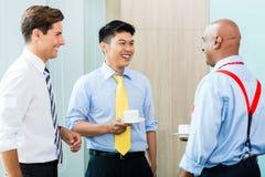 企业队在非正式咖啡会议 免版税库存照片