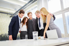 企业队对一个新的想法满意 免版税库存图片