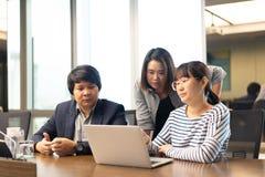 企业队展示配合,他们是工作和谈话 免版税库存照片