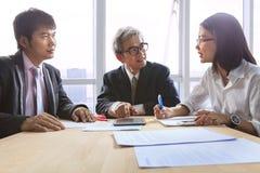 企业队工作会议采访和解释项目solu 库存照片