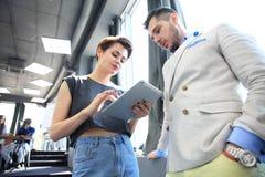 企业队工作过程现代办公室 照片专业乘员组与新的起始的项目一起使用 项目负责人 免版税库存图片