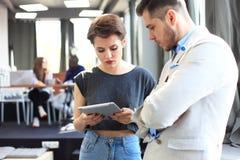 企业队工作过程现代办公室 照片专业乘员组与新的起始的项目一起使用 项目负责人 库存图片
