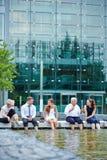 企业队开与脚的会议在水中 免版税库存图片