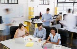 年轻企业队开会议在一个繁忙的办公室 免版税库存照片