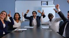 企业队成功成就,提高胳膊和微笑的人们 免版税库存照片