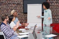 年轻企业队拍的手在会议 免版税库存照片