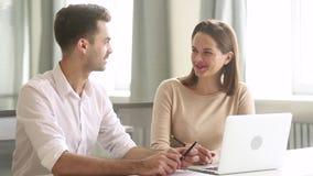 企业队男性和女性工友董事谈话在工作 影视素材