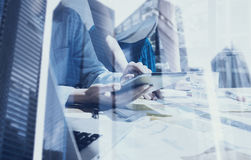 企业队的概念使用移动设备的 特写镜头视图女性手感人的显示数字式片剂 两次曝光 免版税库存照片