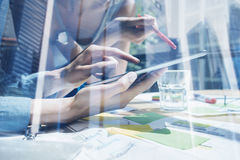 企业队的概念使用移动设备的 特写镜头视图女性手感人的显示数字式片剂 两次曝光 免版税库存图片