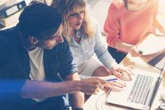 企业队的概念在运作的过程的 年轻专家与新市场项目一起使用 项目负责人见面 库存照片