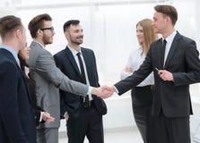 企业队看握手商务伙伴 库存图片