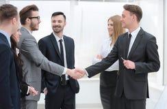 企业队看握手商务伙伴 库存照片