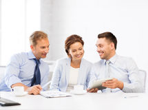 企业队获得与片剂个人计算机的乐趣在办公室 图库摄影