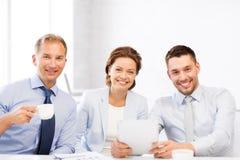 企业队获得与片剂个人计算机的乐趣在办公室 库存图片