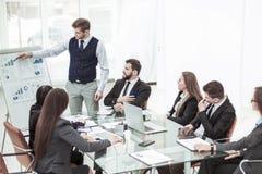 企业队谈论一个新的财政项目的介绍在工作场所的在办公室 免版税库存图片