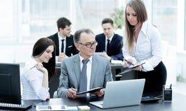 企业队谈论与财务数据头  免版税图库摄影