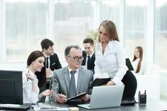 企业队谈论与财务数据头  免版税库存照片