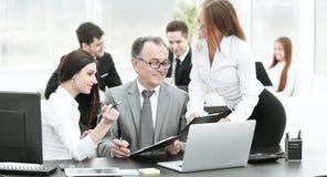 企业队谈论与财务数据头  图库摄影