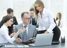 企业队谈论与财务数据头  库存图片