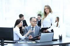 企业队谈论与财务数据头  库存照片