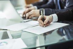 企业队谈论公司的一个新的财政计划在工作场所 库存图片