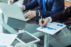 企业队谈论公司的一个新的财政计划在工作场所 免版税库存照片