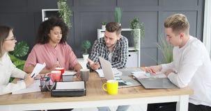 企业队谈论在会议室 影视素材