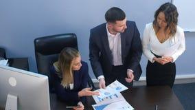 企业队谈论文件在办公室 库存照片