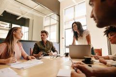 企业队谈论新的战略在会议 库存图片