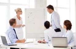 企业队谈论某事在办公室 免版税图库摄影