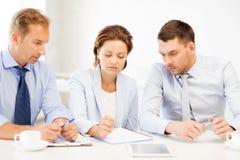 企业队谈论某事在办公室 免版税库存照片