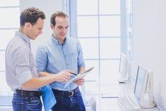企业队谈论销售方针在办公室、配合或者合作概念 库存照片