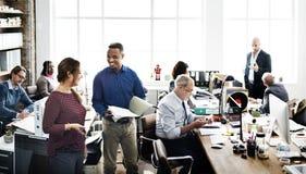 企业队运作的办公室工作者概念 图库摄影