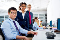 企业队青年人多种族配合 库存照片