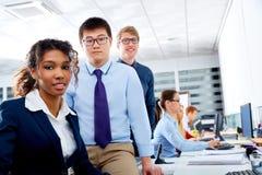 企业队青年人多种族配合 库存图片