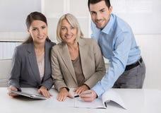 企业队:男人和妇女小组在谈论fa的会议 免版税库存图片