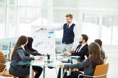 企业队给一个新的财政项目的介绍公司的商务伙伴的 免版税库存图片