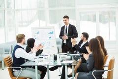 企业队给一个新的财政项目的介绍公司的商务伙伴的 免版税库存照片