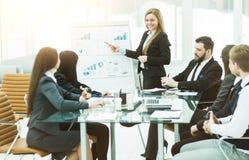 企业队给一个新的财政项目的介绍公司的商务伙伴的 库存图片
