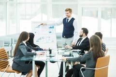 企业队给一个新的财政项目的介绍公司的商务伙伴的 库存照片