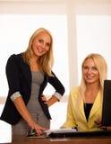 企业队-工作检查数据库的两名妇女在办公室 免版税图库摄影