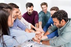 企业队给highfive一起在工作场所在办公室 免版税库存照片
